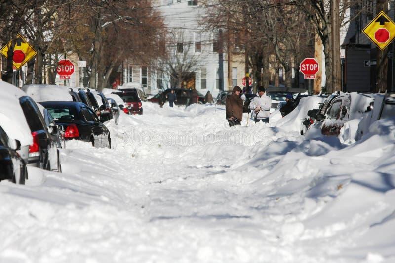 Rue le lendemain d'une tempête de neige de l'hiver photo libre de droits