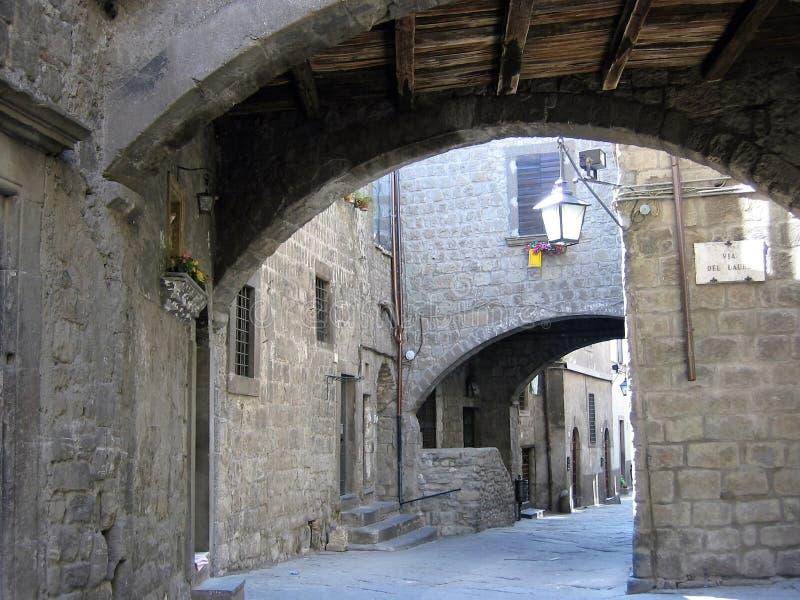 Rue médiévale antique de Viterbe vue par un arc au Latium Italie photo stock
