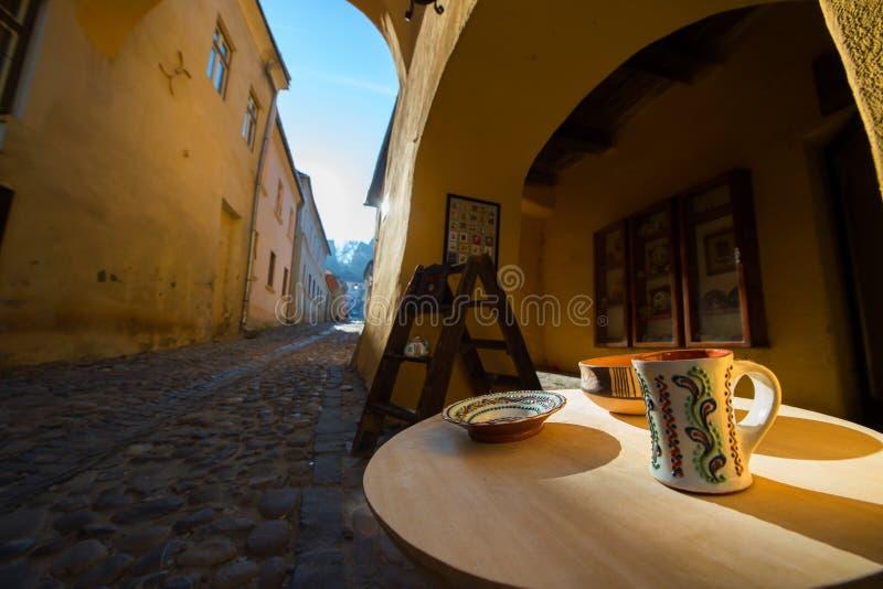 Rue médiévale avec des boutiques dans la ville de Sighisoara photo libre de droits