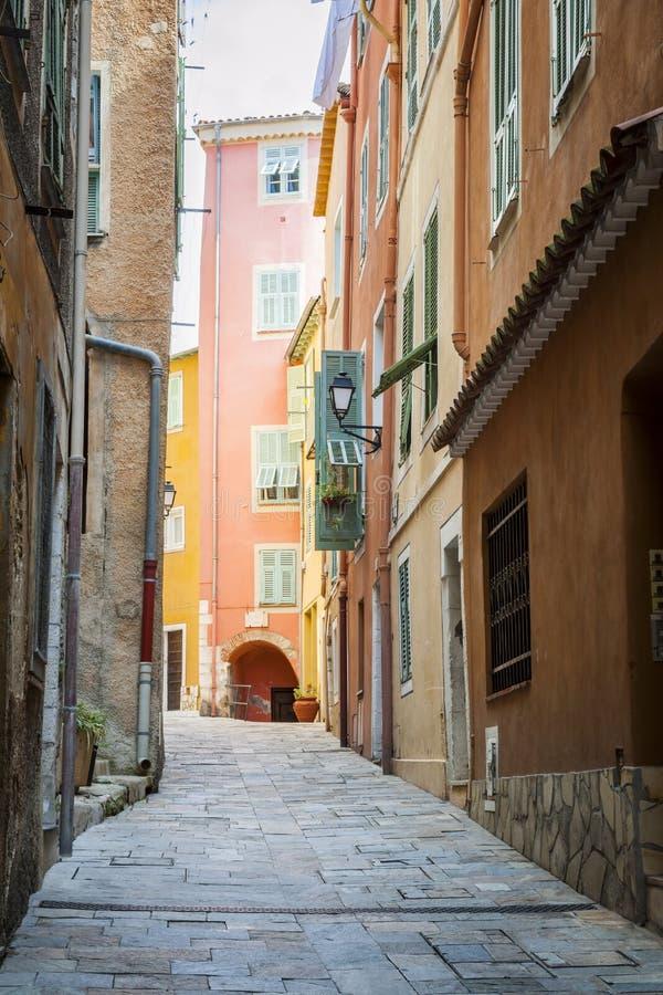 Rue médiévale dans le Villefranche-sur-Mer images libres de droits