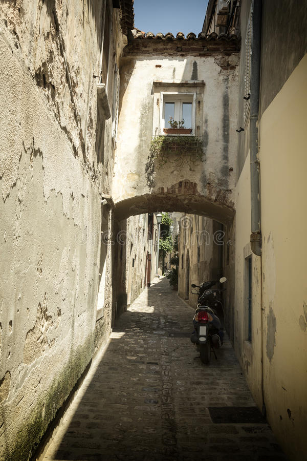 Rue méditerranéenne à l'île Krk en Croatie photos libres de droits