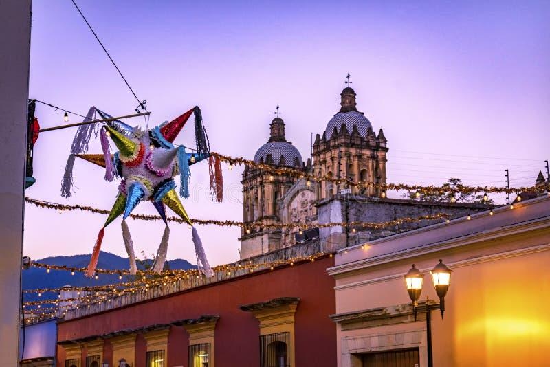 Rue mexicaine colorée Santa Domingo Guzman Oaxaca Juarez Mexico de Pinata photos libres de droits