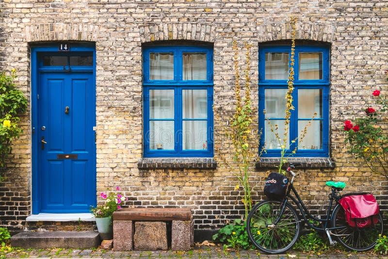 Rue, mur et vélo à Copenhague, Danemark images stock