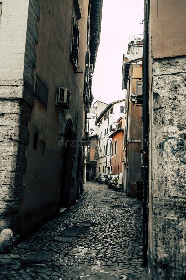 Rue mystérieuse étroite à Rome en Italie photos stock