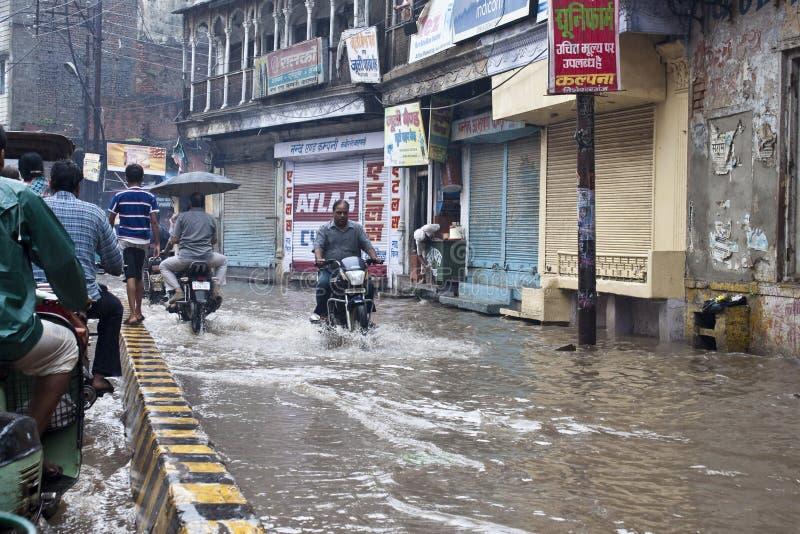 Rue noyée à Varanasi photographie stock libre de droits