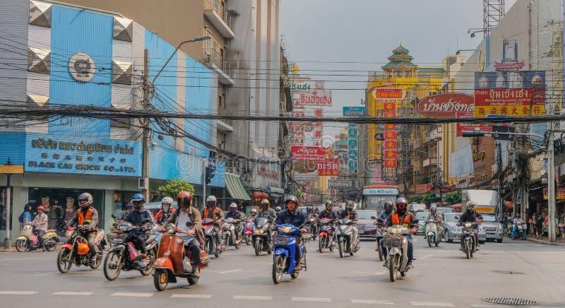 Rue passante avec des motos à Bangkok photos stock