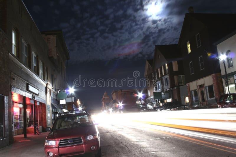 Rue passante la nuit photo stock