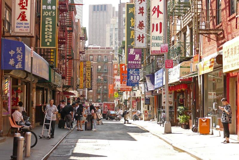 Rue passante typique dans la ville de la Chine, New York, Etats-Unis images stock