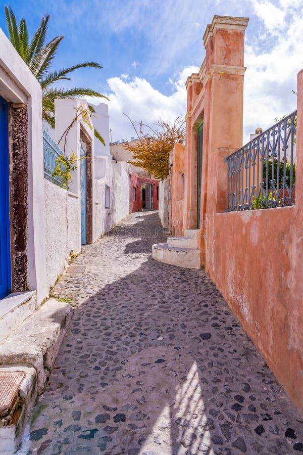 Rue pavée en cailloutis étroite à Oia photo stock
