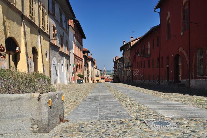 Rue pavée en cailloutis dans le vieux secteur de ville de Saluzzo Piemonte, Italie photos libres de droits