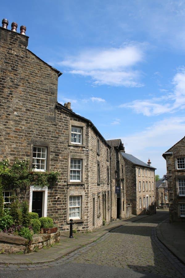 Rue pavée en cailloutis, vieilles maisons en pierre, Lancaster Angleterre images stock