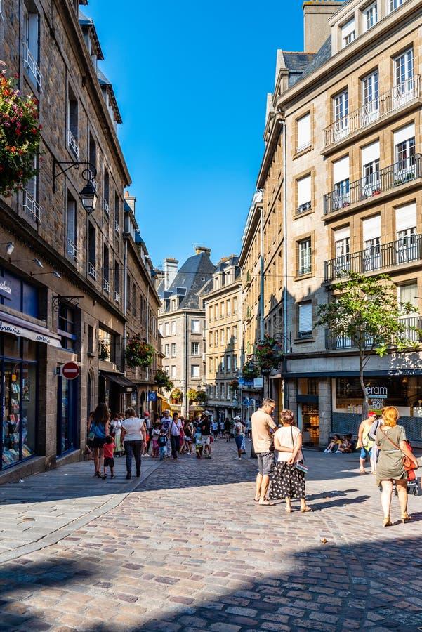 Rue piétonnière au centre de Saint Malo image stock