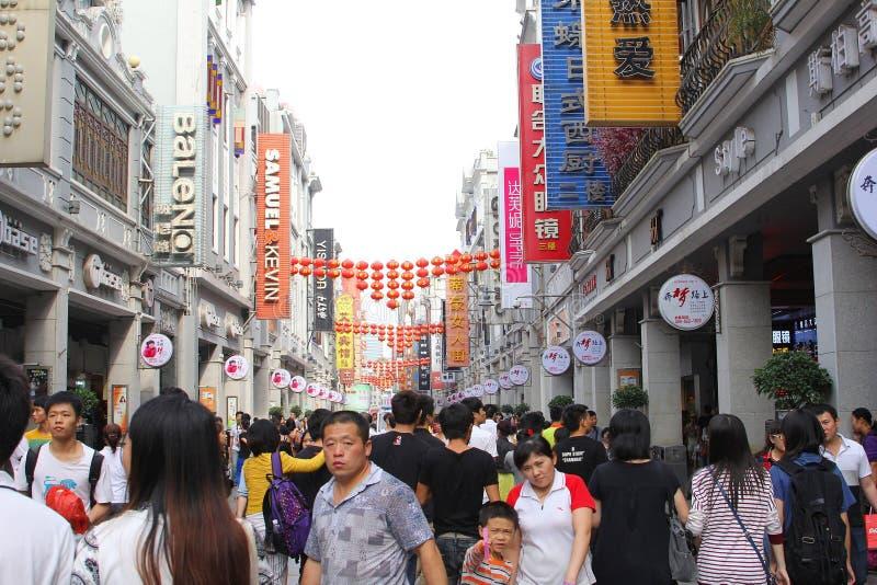 Rue piétonnière de Shangxia Jiu Lu de quartier commerçant dans Guangzhou ; La Chine a une économie éclatante images libres de droits