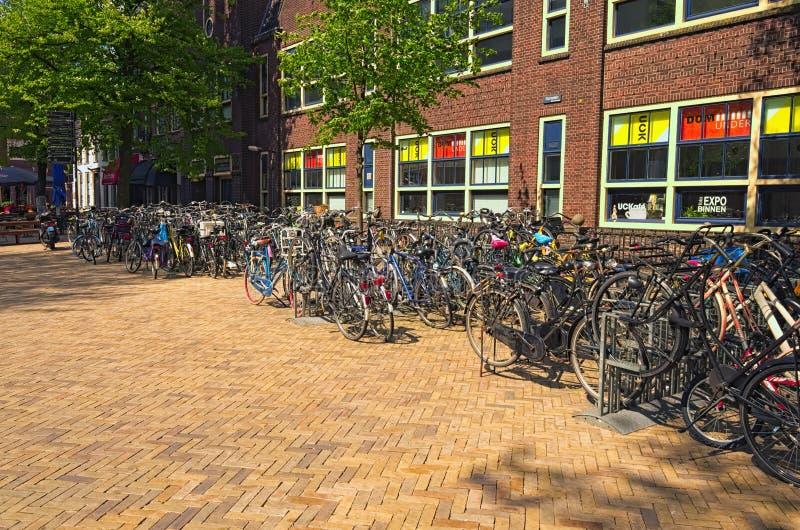 Rue pittoresque avec le parking pour des bicyclettes au centre de la ville historique photos stock