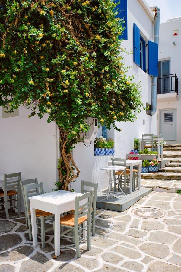Rue pittoresque de Naousa sur l'île de Paros, Grèce photographie stock