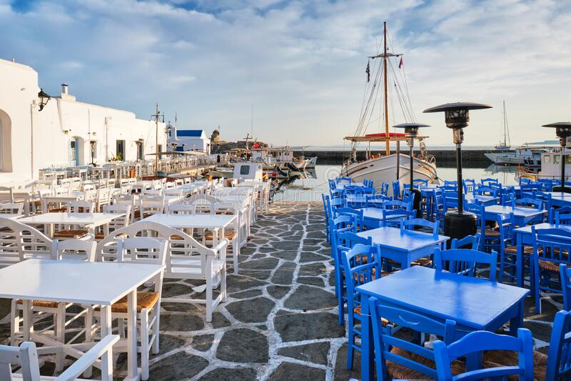 Rue pittoresque de Naousa sur l'île de Paros, Grèce image stock