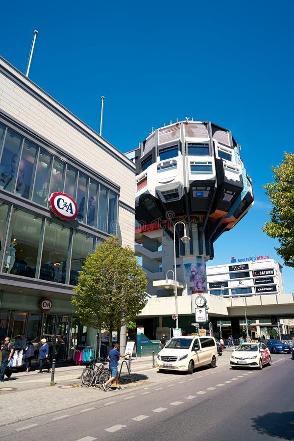 Rue populaire d'achats avec le Bierpinsel à Berlin images stock