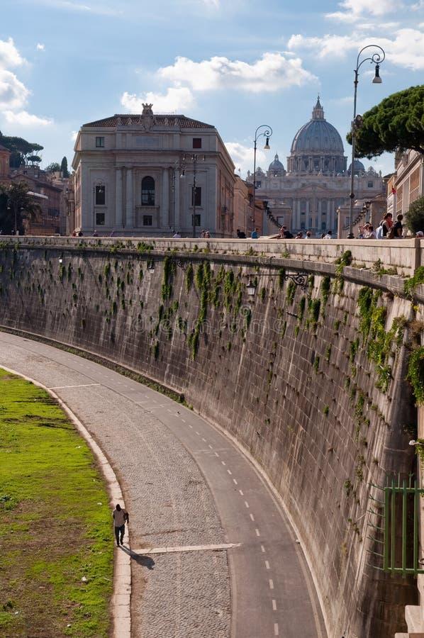Rue près de fleuve de Tevere avec Vaticano image stock