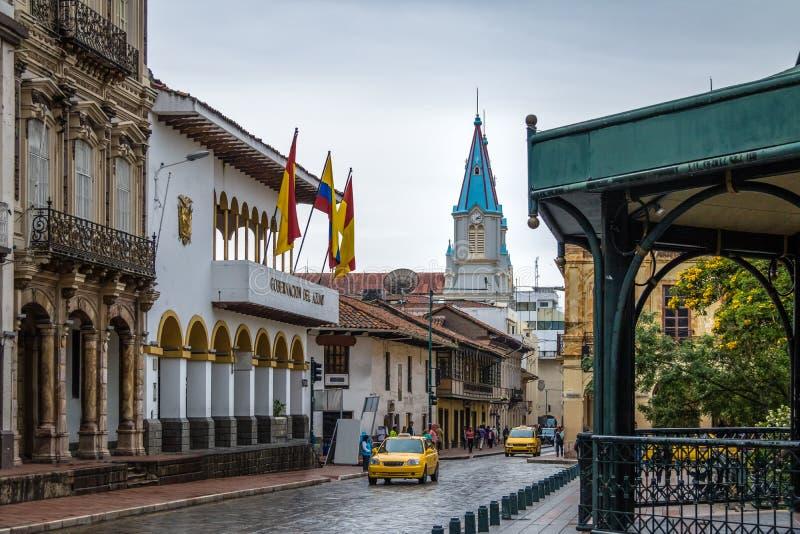 Rue près de parc Calderon et San Alfonso Church Tower - Cuenca, Equateur photographie stock libre de droits