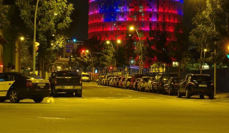 Rue près de tour d'Agbar dans la ville de Barcelone, Espagne Scène de nuit photographie stock libre de droits