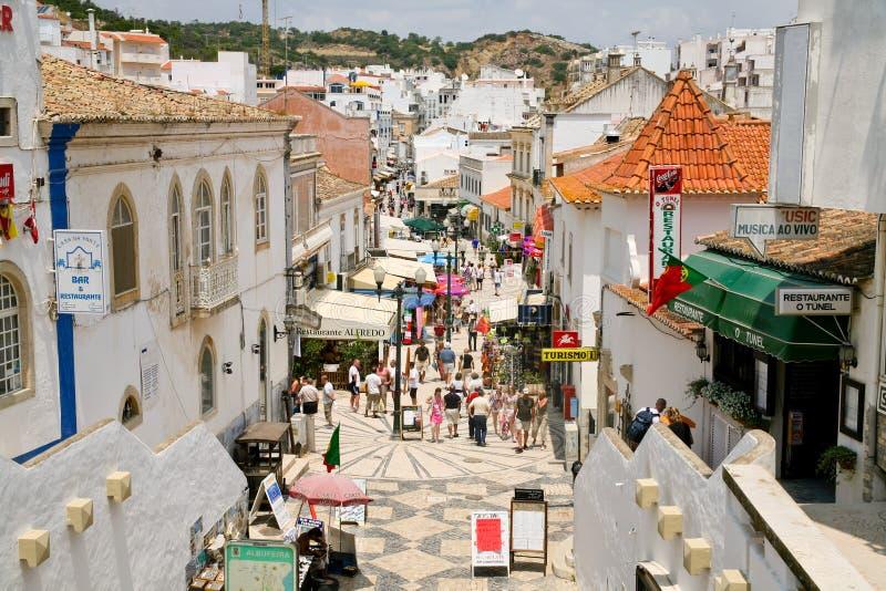 Rue principale dans Albufeira, Portugal, images libres de droits