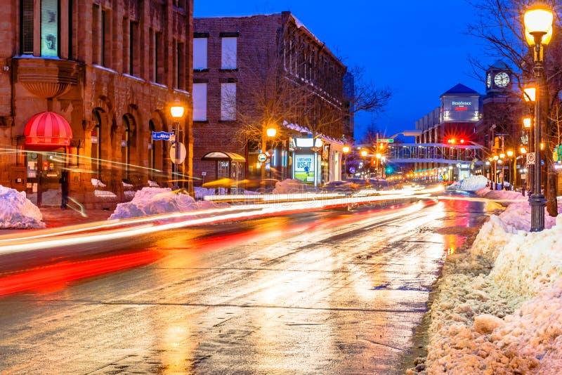 Rue principale de Moncton la nuit, Nouveau Brunswick image stock