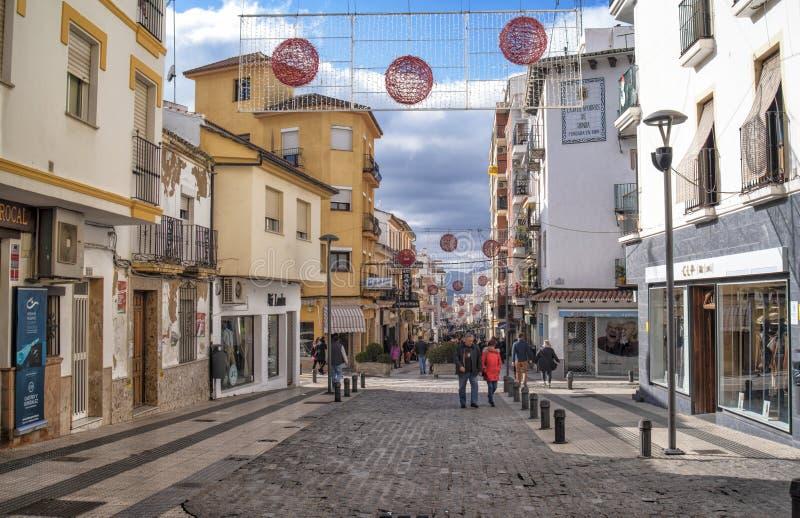 Rue principale de Ronda avec des décorations de Noël, Andalousie, Espagne photo stock