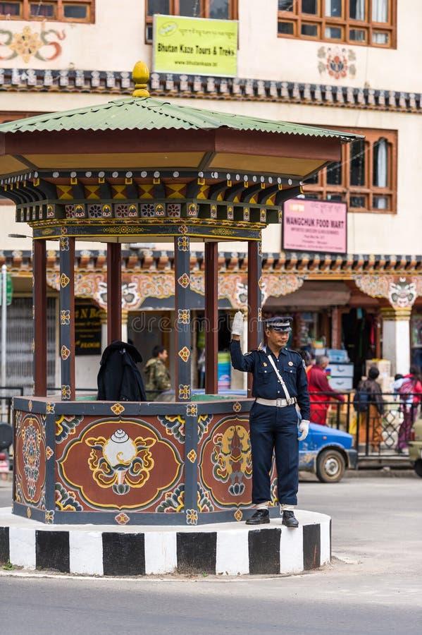 Rue principale de Thimphou avec le feu de signalisation humain photo libre de droits