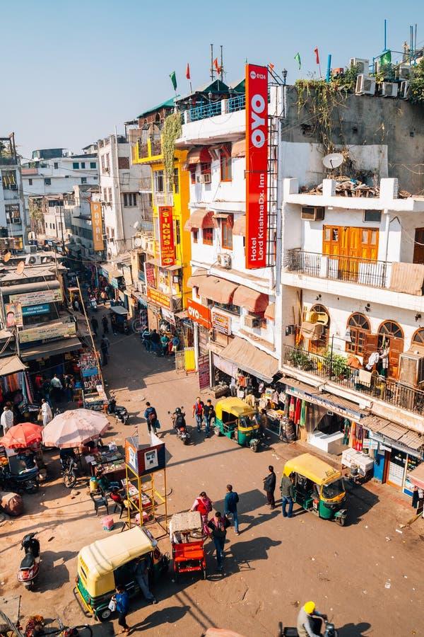 Rue principale du marché de bazar de Paharganj pour le touriste à Delhi, Inde photos stock