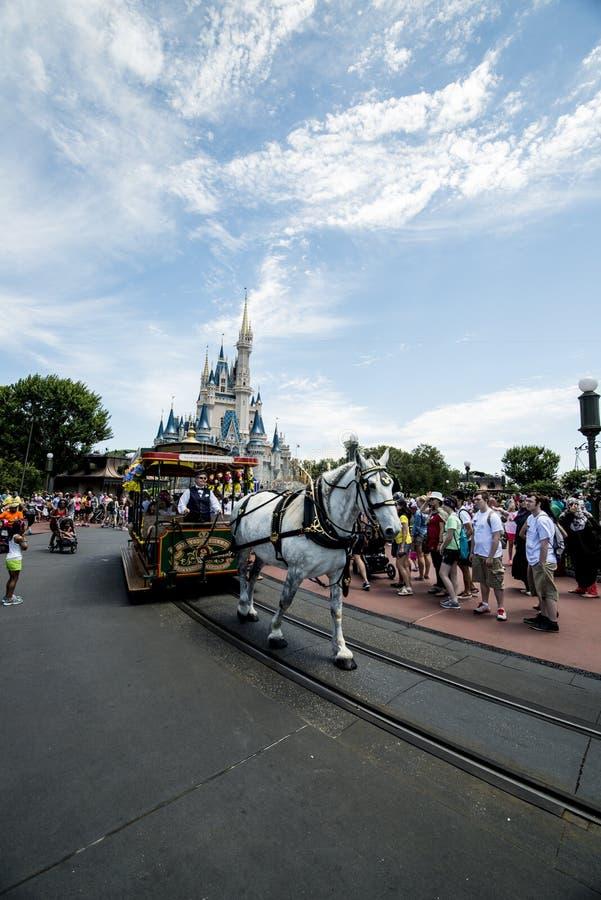 Rue principale du monde de Disney avec le cheval photographie stock libre de droits