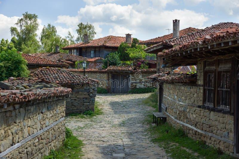 Rue rurale d'enroulement aux Balkans image stock