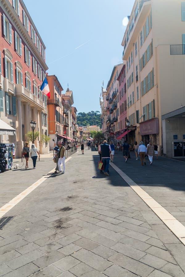 Rue Saint-Francois de Paule gränd i centrum av Nice royaltyfria bilder
