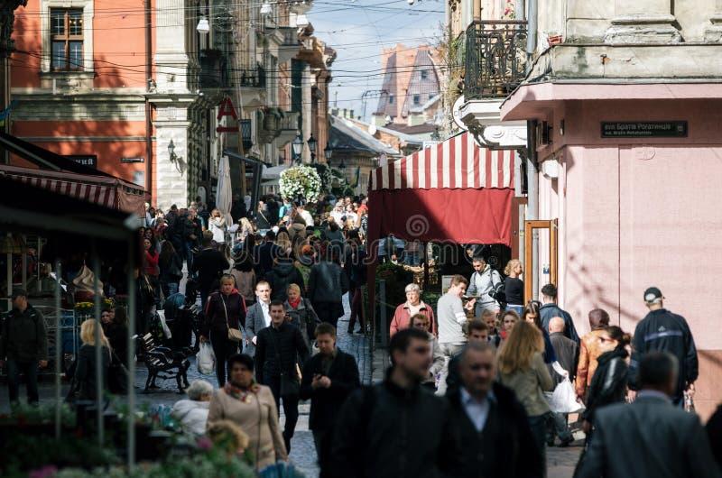 Rue serrée de vieille ville à Lviv, Ukraine images libres de droits