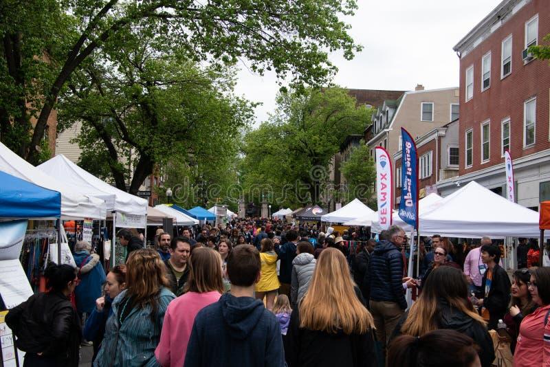 Rue serrée des personnes assistant à la foire d'arts dans Princeton, NJ images libres de droits