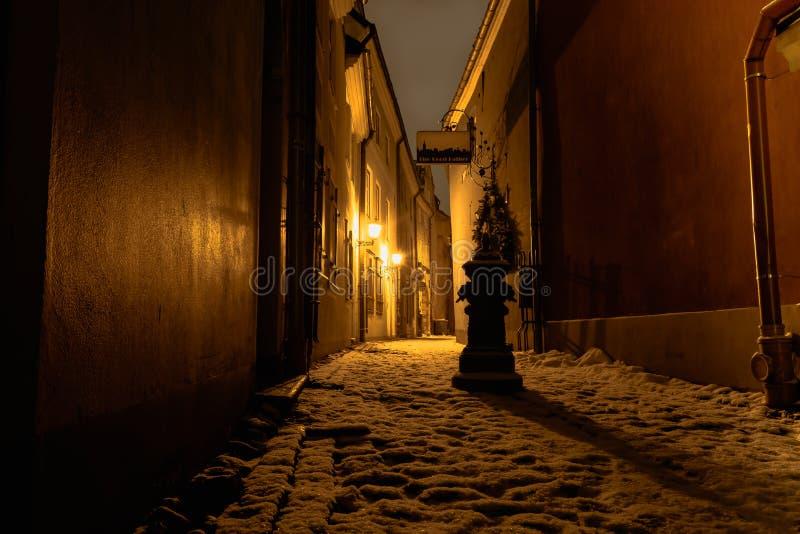 Rue sombre à Riga - en Lettonie images libres de droits