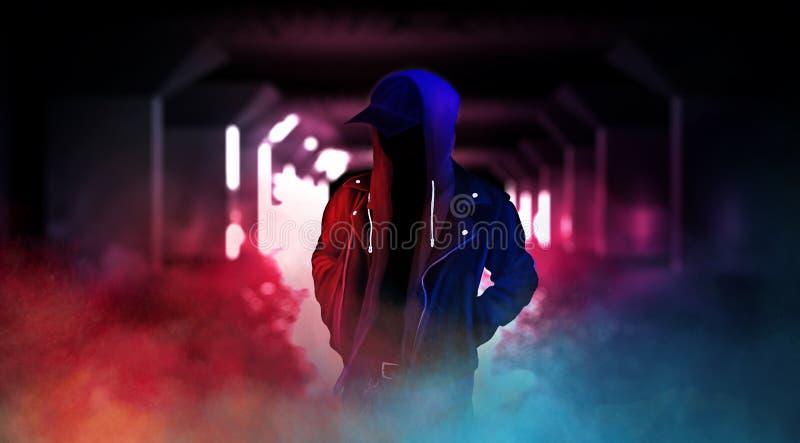 Rue sombre de ville avec la lampe au néon, fumée, brouillard enfumé, la poussière illustration stock