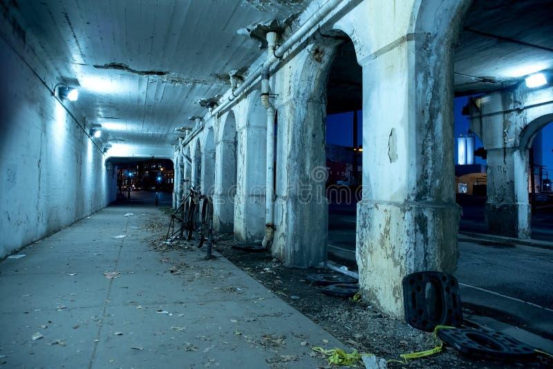 Rue sombre graveleuse de ville de Chicago la nuit images libres de droits