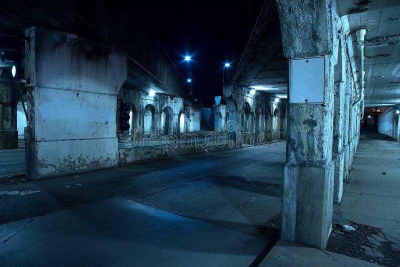 Rue sombre graveleuse de ville de Chicago la nuit photos libres de droits