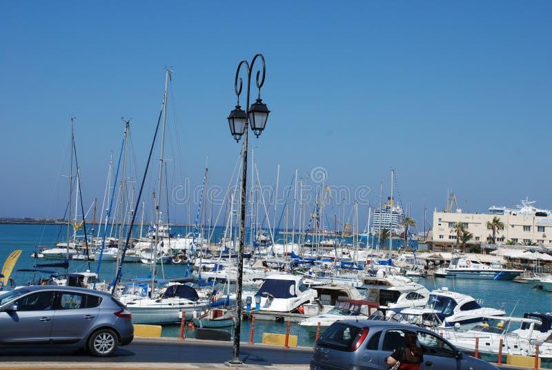 Rue sur le pilier avec des yachts dans la station touristique de Héraklion, Crète photographie stock