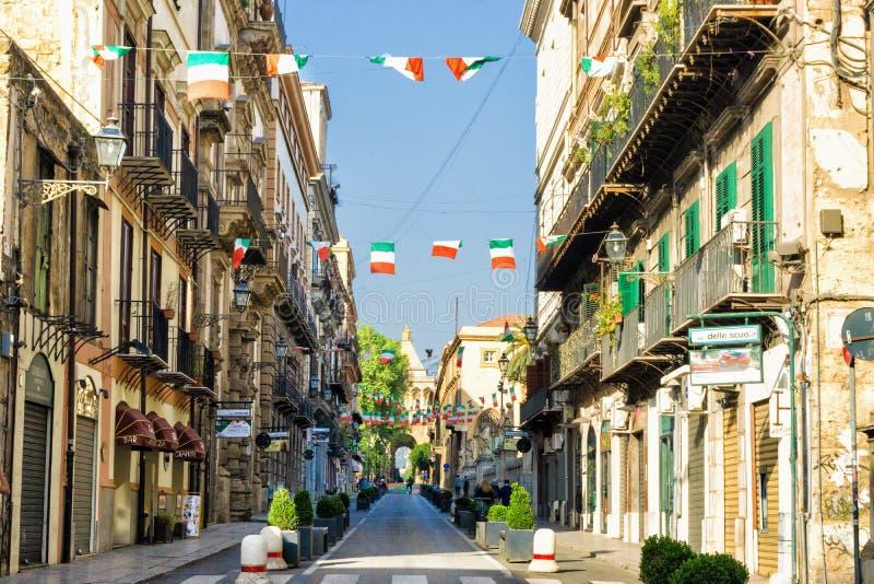 Rue traditionnelle et colorée à Palerme, Italie photo stock