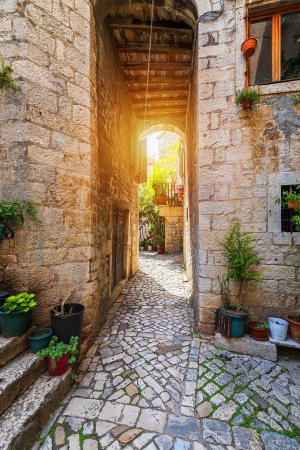Rue ?troite dans la ville historique Trogir, Croatie course de agrandissement en verre de carte de destination Vieille rue ?troit photographie stock libre de droits