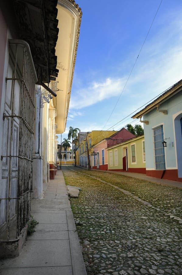 Rue tropicale dans la ville du Trinidad, Cuba photographie stock