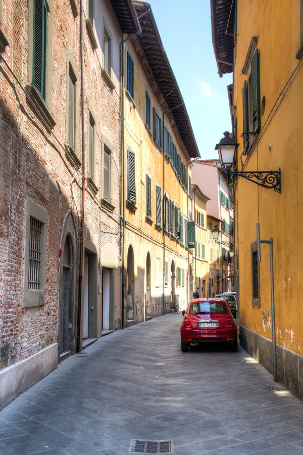 Rue typique avec la voiture de Fiat à Pise, Italie photo libre de droits