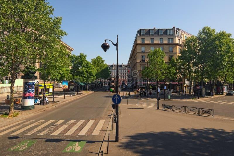 Rue typique avec le café de rue sur un coin dans un vieux bâtiment parisien Jour de source Concept de course et de tourisme image libre de droits