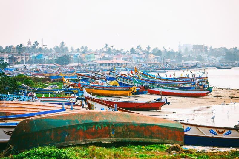 Rue typique de marine de pilier de Kollam près des bateaux de pêche sur la plage de Kollam, Inde photographie stock