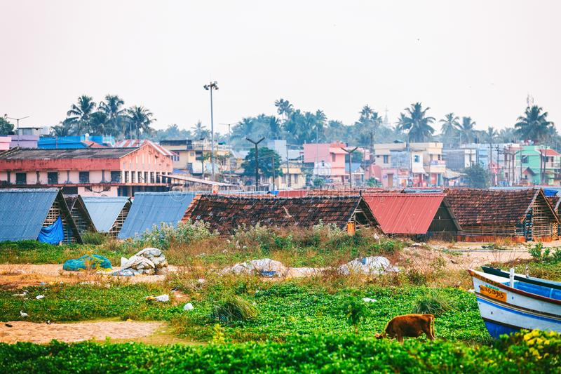 Rue typique de marine de pilier de Kollam près des bateaux de pêche sur la plage de Kollam, Inde image libre de droits