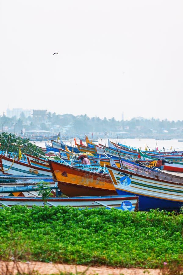 Rue typique de marine de pilier de Kollam près des bateaux de pêche sur la plage de Kollam, Inde photos libres de droits