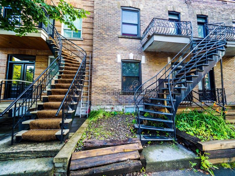 Rue typique de voisinage de Montréal avec des escaliers photographie stock libre de droits