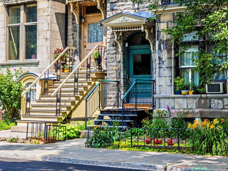 Rue typique de voisinage de Montréal avec des escaliers photographie stock