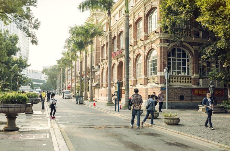 Rue urbaine moderne avec des piétons dedans en centre ville, vue de rue de ville de la Chine images libres de droits